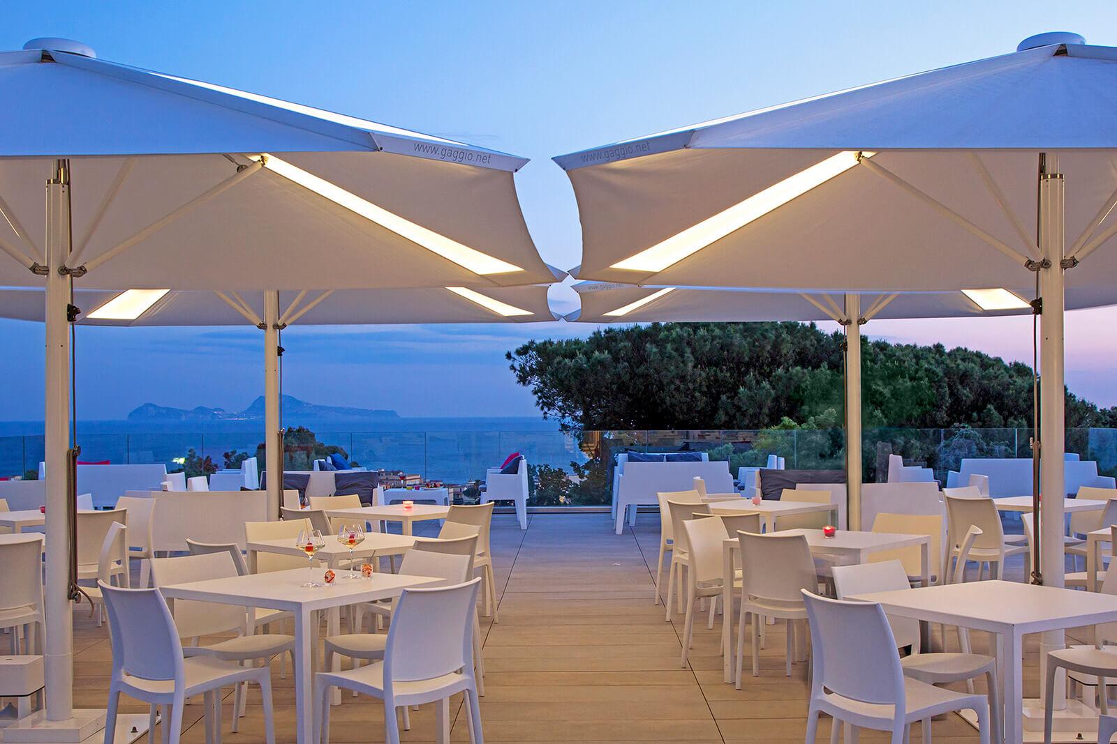 Pyramid - Ombrellone professionale di design a palo centrale - Gaggio Ombrelloni (1)