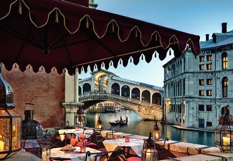 Terrazza con ombrellone professionale Gaggio e vista ponte di Rialto Venezia